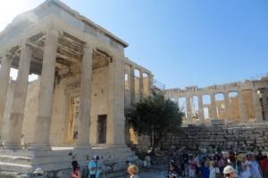 Fue el lugar donde supuestamente creció el primer arbol de olivo que Atenea le dio a la poblacion. Aqui es donde se encuentra la tumba de Cécrope, el Dios-serpiente fundador de Atenas.