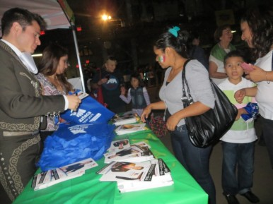 Erick Sandoval dando autografos